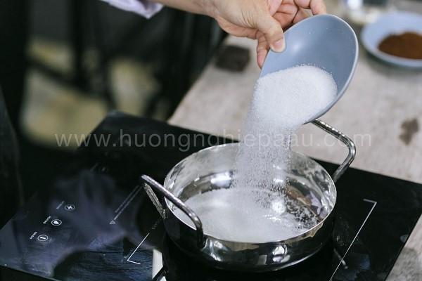 Cho đường vào nồi nấu
