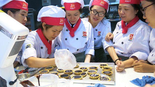 học viên học lớp bếp bánh âu