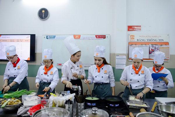 Lớp học nấu ăn tại Hướng Nghiệp Á Âu