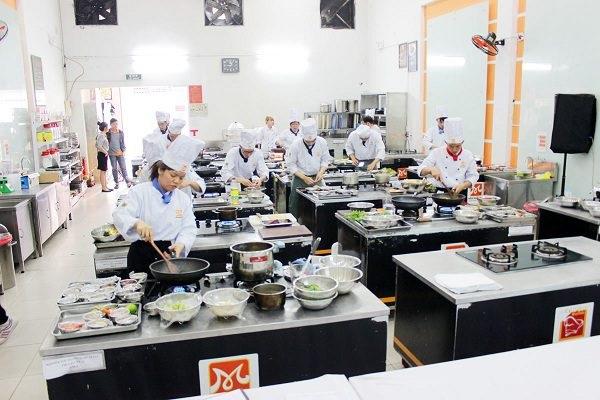 một buổi học nấu ăn tại bếp trưởng