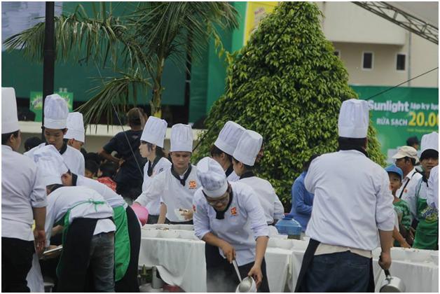 học viên đang hăng say phục vụ thực khách
