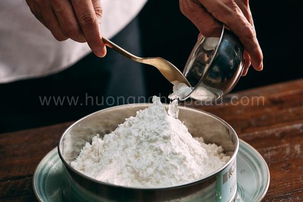 Trộn đều bột năng và bột gạo