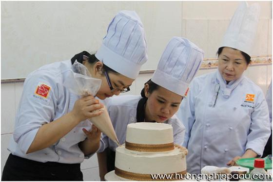 tập trung hoàn thiện chiếc bánh