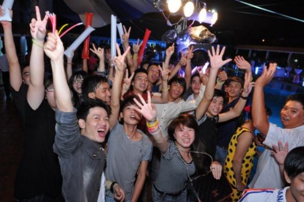 học viên hoạt náo đêm party