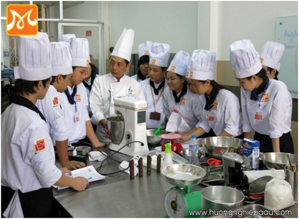 Hướng dẫn học viên làm bánh