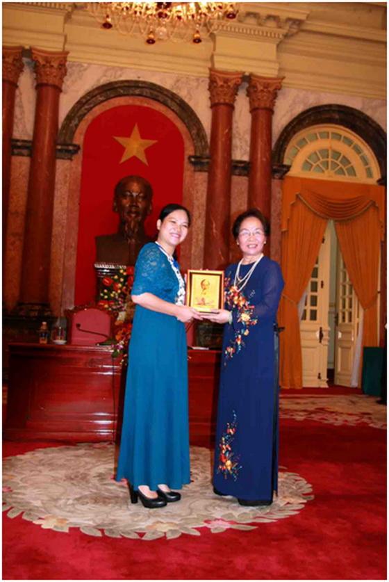Bà Nguyễn Thị Thục Anh Nhận bằng khen của phó thủ tướng chính phủ