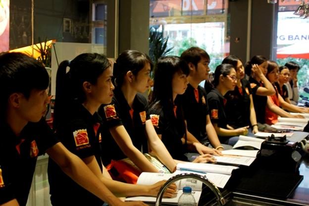 học viên tập trung nghe giảng