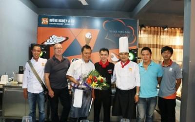 tang hoa va gui loi cam on den thay michael Bao Huynh sau khi ket thuc buoi giao luu