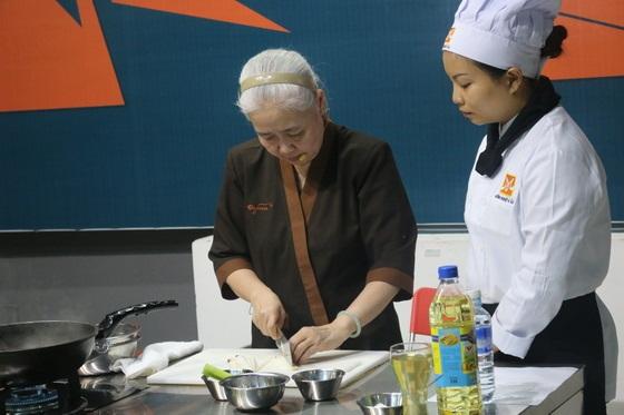 Huong-nghiep-a-au-da-nang-tai-ngo-cung-co-nguyen-dzoan-cam-van-3