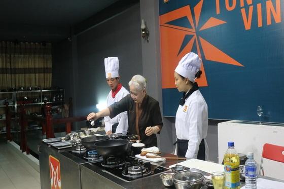 Huong-nghiep-a-au-da-nang-tai-ngo-cung-co-nguyen-dzoan-cam-van-4
