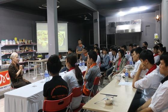 Huong-nghiep-a-au-da-nang-tai-ngo-cung-co-nguyen-dzoan-cam-van-8