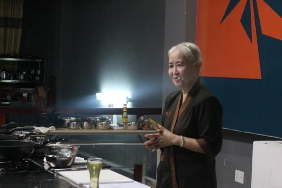 Huong-nghiep-a-au-da-nang-tai-ngo-cung-co-nguyen-dzoan-cam-van