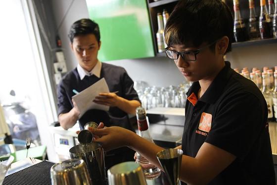 bartender-05-thuc-hien-bai-thi-pha-che-cocktail-huong-nghiep-a-au