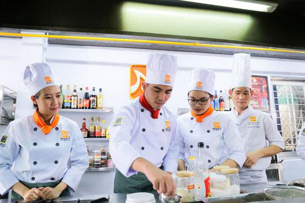 Học viên tham gia khóa học nấu ăn