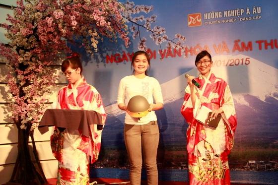 khach-moi-tham-gia-chuong-trinh-duoc-nhan-mot-chiec-non-bao-hien-xinh-xan