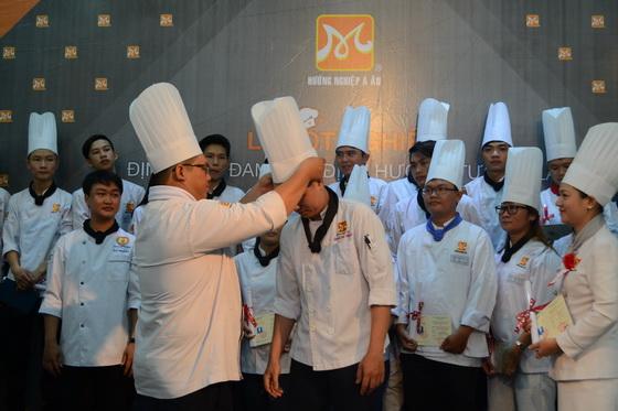 nghi lễ đội nón bếp trưởng