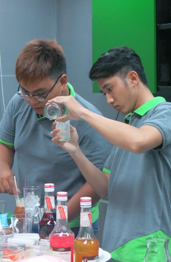 học viên chăm chút cho bài thi