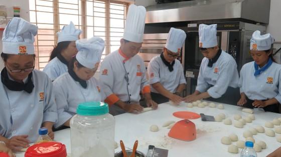 học viên hướng dẫn làm bánh mì