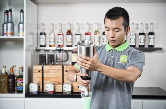hình ảnh người thợ pha chế cà phê