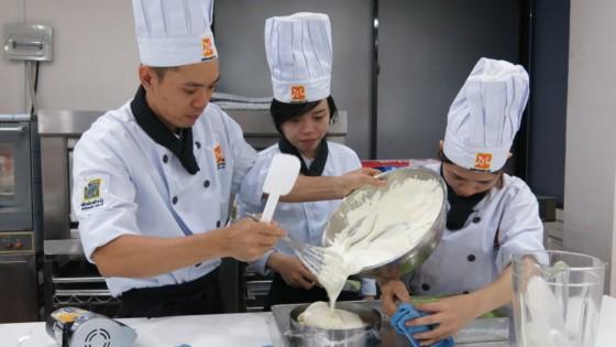học viên đang tập trung bếp bánh