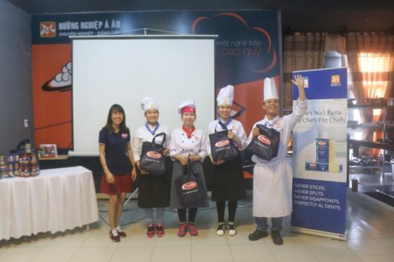 học viên nhận giải thưởng của barilla