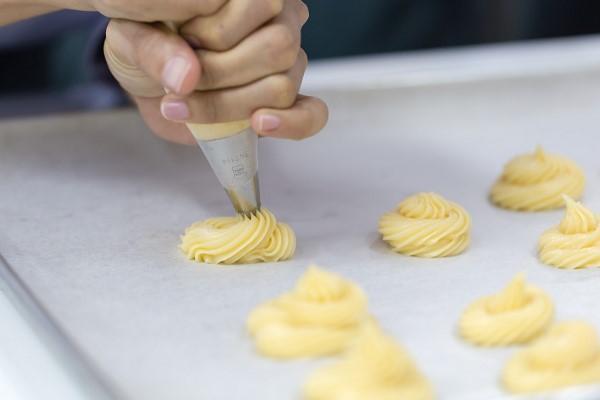 Bơm bột để tạo hình vỏ bánh