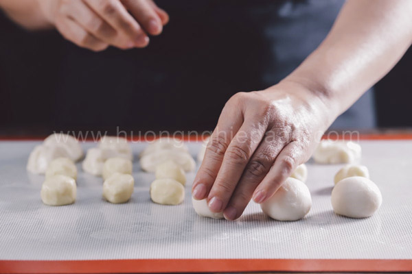 Chia bột bánh thành những viên tròn