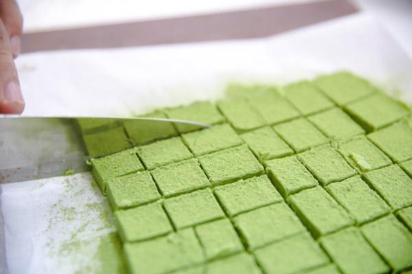 Cắt bánh thành những khối vuông