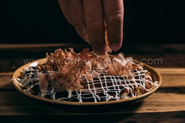 Cho thêm okunomiyaki sauce