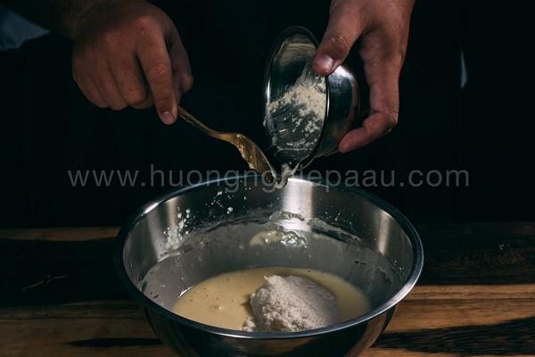 Trộn bột làm bánh