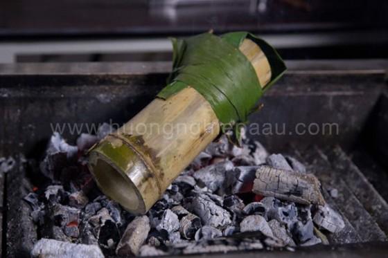 nướng ống tre trên lửa hồng
