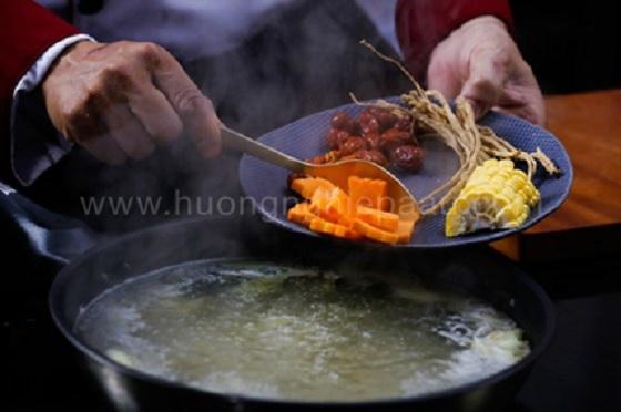 Cho cà rốt bắp ngô sâm vào nước dùng