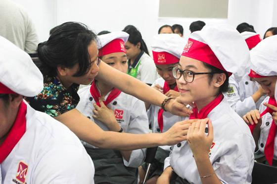 học sinh thích thú mặc đồ bếp, thắt khăn