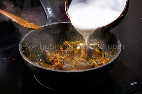Cho nước cốt dừa nêm gia vị và bột cà ri