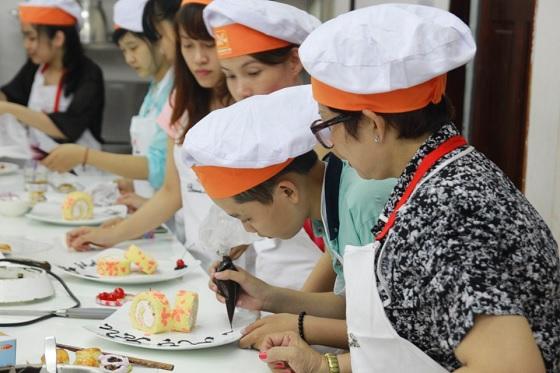 Tự tay làm bánh với sự hướng dẫn trực tiếp của giảng viên