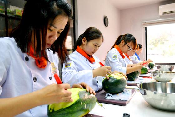 học viên thực hành cắt tỉa dưa hấu