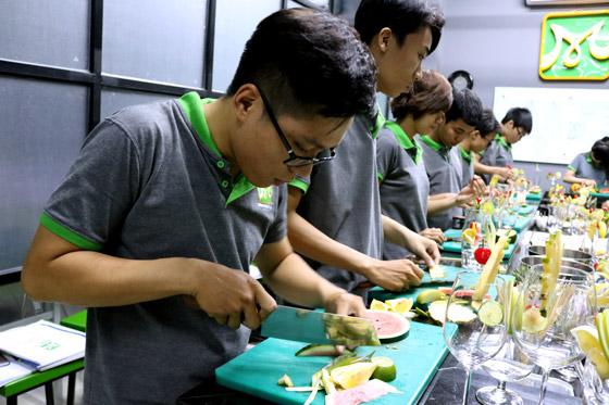 học viên thực hành cắt tỉa trái cây