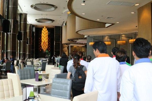 nhân viên khách sạn hướng dẫn học viên