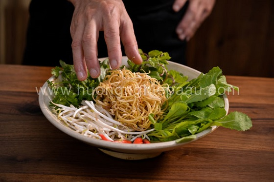 Bày rau thơm và bắp chuối lên đĩa