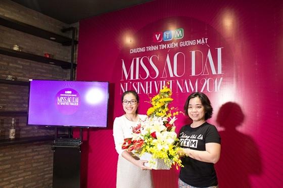 Đại diện VTM cảm ơn và tặng lãng hoa cho HNAAu
