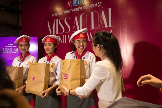 3 bạn xuất sắc nhất dành được phần quà có giá trị từ HNAAu: Hồng Yến, Diệu Hằng và Thanh Loan