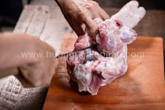 Từ từ cắt lớp thịt bám quanh chóp ống xương