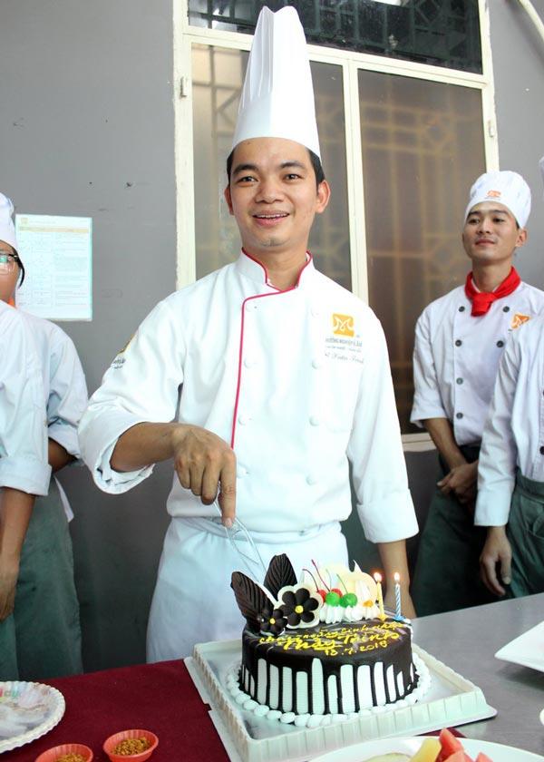 khoảnh khắc cắt bánh sinh nhật