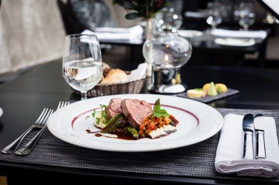 Món ăn được trang trí bằng Sốt Rượu Vang