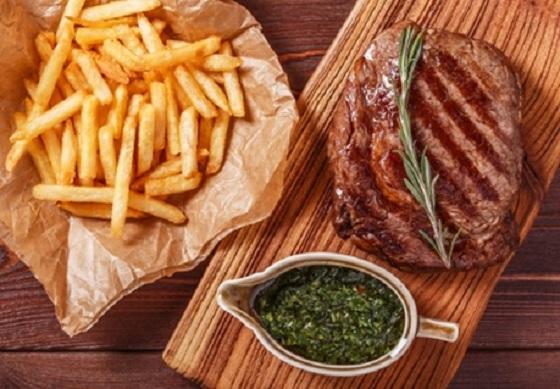 Nước sốt được chế biến theo kiểu Âu là bí quyết của món Bò Lúc Lắc - Bò Beefteak