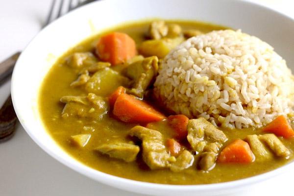 Cà ri ăn với cơm trắng