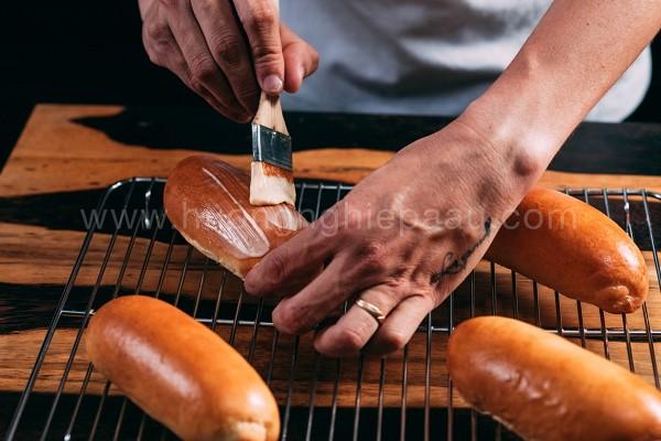 Phết topping lên mặt bánh mì