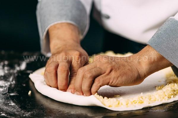 Tạo viền bánh với phô mai