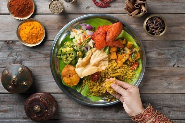 Người Ấn Độ có tập tục ăn bốc để tôn trọng hạt gạo