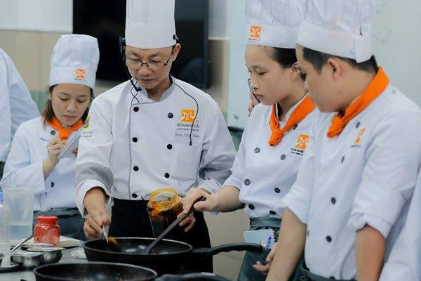 Giảng viên dạy nấu ăn